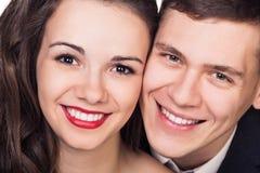 Härliga unga lyckliga le par fotografering för bildbyråer