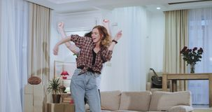 Härliga unga par som dacing i vardagsrum efter en rörande dag i en lägenhet för nytt hus tycker om de, tiden tillsammans arkivfilmer