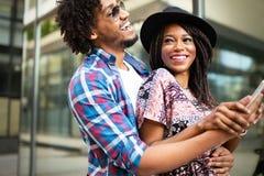 Härliga unga par som tycker om i bra lynne i stad Livsstil förälskelse som daterar, semesterbegrepp royaltyfria bilder