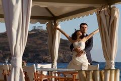 Härliga unga par som utomhus poserar royaltyfria foton