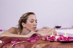 härliga unga petalskvinnor Arkivfoton
