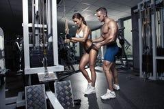 Härliga unga sportiga sexiga par i idrottshall Royaltyfria Bilder