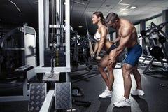 Härliga unga sportiga sexiga par i idrottshall Arkivbild