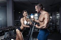 Härliga unga sportiga sexiga par i idrottshall Royaltyfri Fotografi