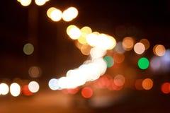 Härliga upplysta gator och väg med bokeheffekt Arkivfoto