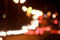 Härliga upplysta gator och väg med suddighetseffekt Arkivfoto