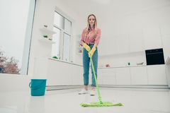 Härliga upptagna trevliga arbetsuppgifter för fullt foto för längdkroppformat henne hennes dam att tvätta det vita golvet försikt royaltyfri fotografi