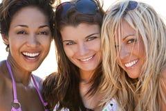 härliga vänner som skrattar tre unga kvinnor Arkivbilder