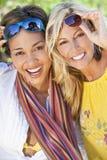 härliga vänner som skrattar två unga kvinnor Royaltyfri Foto