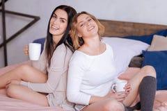 Härliga vänner som tycker om deras kaffe Royaltyfria Foton