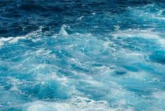 Härliga vågor i havet under sommaren royaltyfri foto