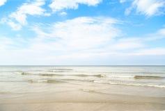 Härliga vågor på den vita sanden Arkivbild