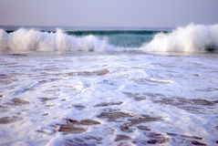 Härliga vågor på Indiska oceanen royaltyfria foton
