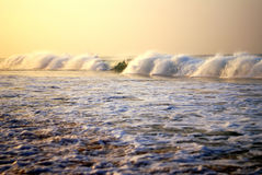 Härliga vågor på Indiska oceanen arkivbilder