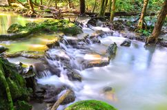 Härliga vattenfall grundar i djungeln i Thailand Nakhon Si Thammarat arkivfoton
