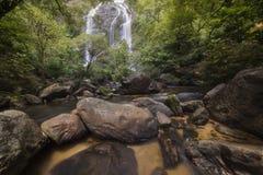 Härliga vattenfall i nationalpark i Thailand Khlong Lan Waterfall, Kamphaengphet landskap Royaltyfria Bilder