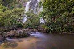 Härliga vattenfall i nationalpark i Thailand Khlong Lan Waterfall, Kamphaengphet landskap Fotografering för Bildbyråer