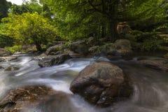 Härliga vattenfall i nationalpark i Thailand Khlong Lan Waterfall, Kamphaengphet landskap Royaltyfria Foton