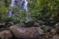 Härliga vattenfall i nationalpark i Thailand Khlong Lan Waterfall, Kamphaengphet landskap Royaltyfri Fotografi