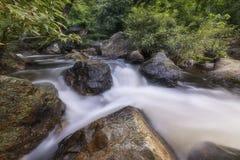 Härliga vattenfall i nationalpark i Thailand Khlong Lan Waterfall, Kamphaengphet landskap Arkivbilder