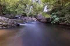 Härliga vattenfall i nationalpark i Thailand Khlong Lan Waterfall, Kamphaengphet landskap Royaltyfri Foto