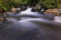 Härliga vattenfall i nationalpark i Thailand Khlong Lan Waterfall, Kamphaengphet landskap Arkivfoto