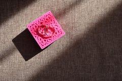 Härliga vigselringar i en ask för garneringar Royaltyfria Foton