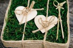 Härliga vigselringar på träbakgrund, en stubbe arkivbild