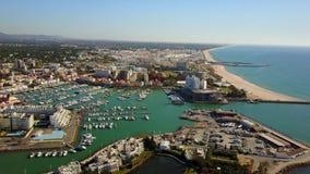 Härliga Vilamoura med marina och den sandiga breda stranden, Quarteira, Portugal lager videofilmer