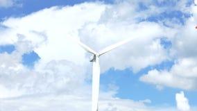 Härliga vindturbiner som frambringar elektricitet med bakgrund för blå himmel i Thailand stock video