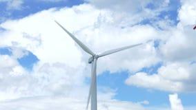Härliga vindturbiner som frambringar elektricitet med bakgrund för blå himmel i Thailand lager videofilmer
