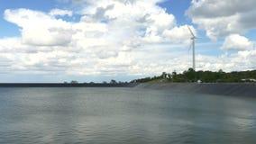 Härliga vindturbiner som frambringar elektricitet med bakgrund för blå himmel i Thailand arkivfilmer