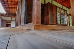 Härliga vinklar och trä i det kulturella japanska tehuset Arkivbilder