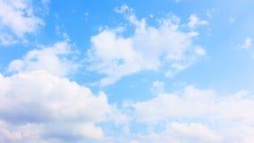 Härliga vita moln som flyttar sig över blå himmel för sommar arkivfilmer