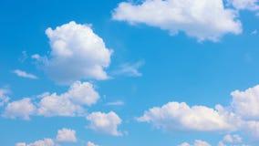 Härliga vita moln som flyttar sig över blå himmel för sommar lager videofilmer
