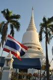 Härliga vita Stupa och Thailand sjunker i den Wat Pra Sri Mahatatu templet i bangkok Thailand royaltyfri bild