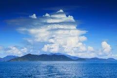 Härliga vitmoln på blå himmel och klart havsvatten använder som na Royaltyfri Fotografi