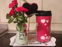 Härligt ögonblick som är hemmastatt med rosor, kaffe och te royaltyfri foto