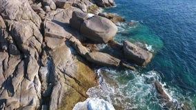 Härligt ölandskap Enorma Cliff Stones och för blått vatten vågor på den Similan ön Slowmotion antenn HD thailand arkivfilmer