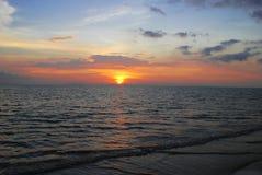 härligt över havssolnedgång Royaltyfri Bild