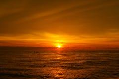 härligt över havssolnedgång Arkivbild