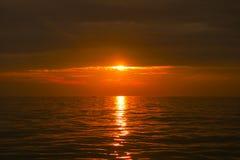 härligt över havssolnedgång Arkivfoto