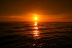 härligt över havssolnedgång Arkivbilder