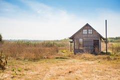 Härligt övergett hus i det ensamma landet någonstans i Bulgarien, Europa Royaltyfria Foton
