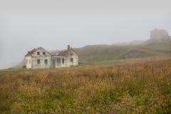 Härligt abadoned hus i dimman Royaltyfri Fotografi
