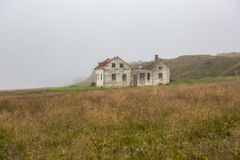 Härligt abadoned hus i dimman Arkivfoto