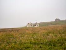 Härligt abadoned hus i dimman Royaltyfria Foton