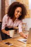 Härligt Afro--amerikan kvinnaarbete arkivbild