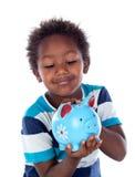 Härligt afroamerican barn med en blå moneybox Arkivfoton
