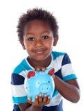 Härligt afroamerican barn med en blå moneybox Arkivbild